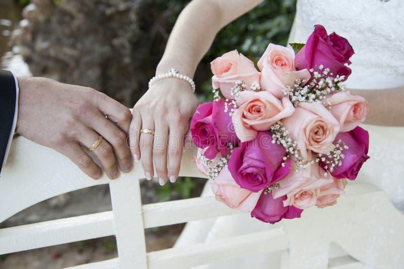 Detalhe das mãos do recém-casados fotos de stock royalty free