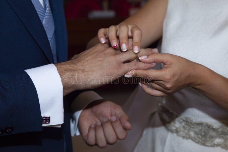 Detalhe das mãos dos noivos imagem de stock royalty free