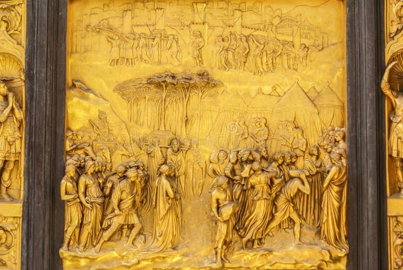 Detalhe das portas do paraíso em Battisteroi foto de stock royalty free