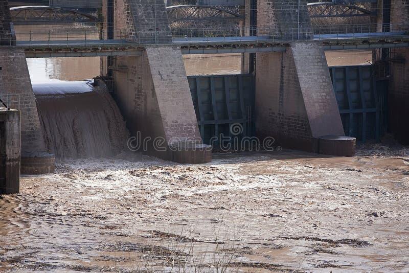 Detalhe das portas na represa de Mengibar fotos de stock royalty free
