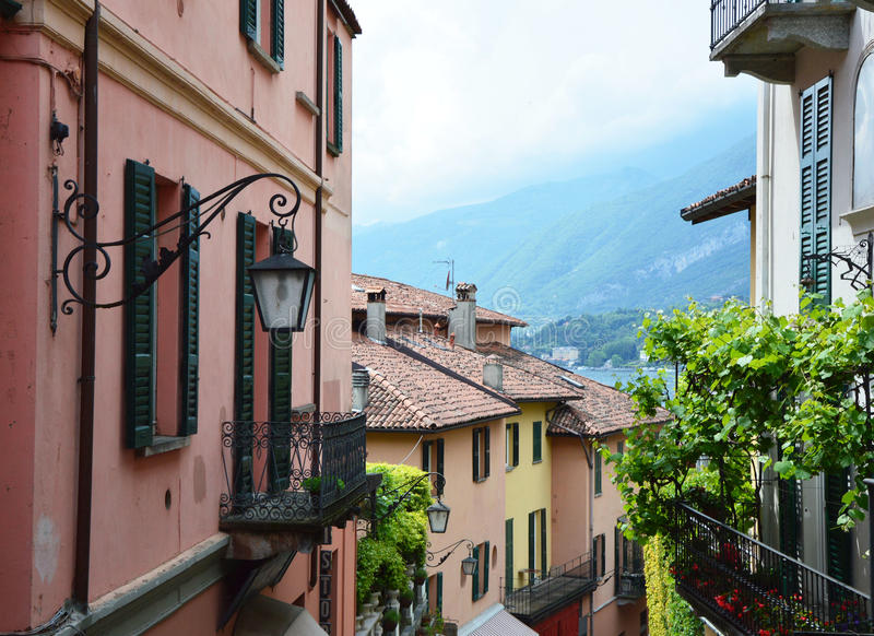 Detalhe das ruas cênicos velhas Salita Serbelloni em Bellagio, opinião pitoresca da rua da cidade pequena no lago Como, Itália foto de stock royalty free