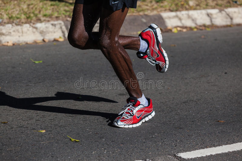 Detalhe das sapatas dos pés da maratona fotos de stock royalty free