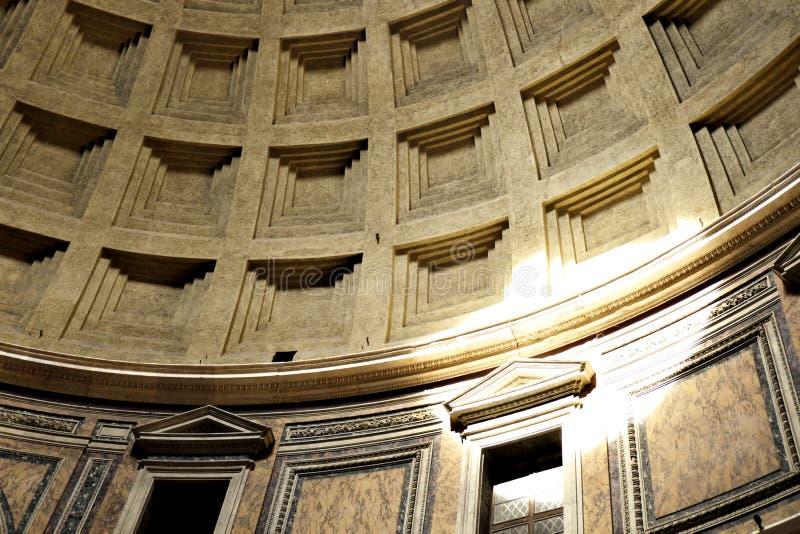 Detalhe de abóbada concreta decorada do panteão, Roma, Itália com o feixe da luz solar que brilha com a abertura central (oculus) imagens de stock