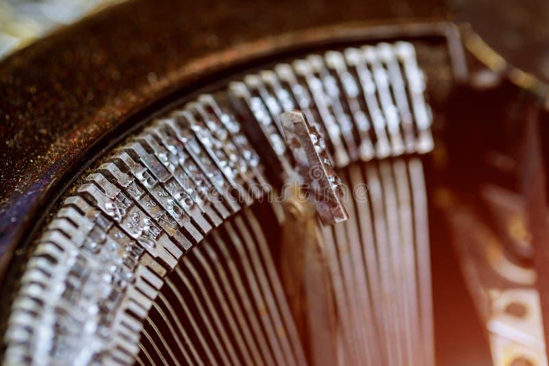 Detalhe de alavancas de uma máquina de escrever muito velha imagens de stock