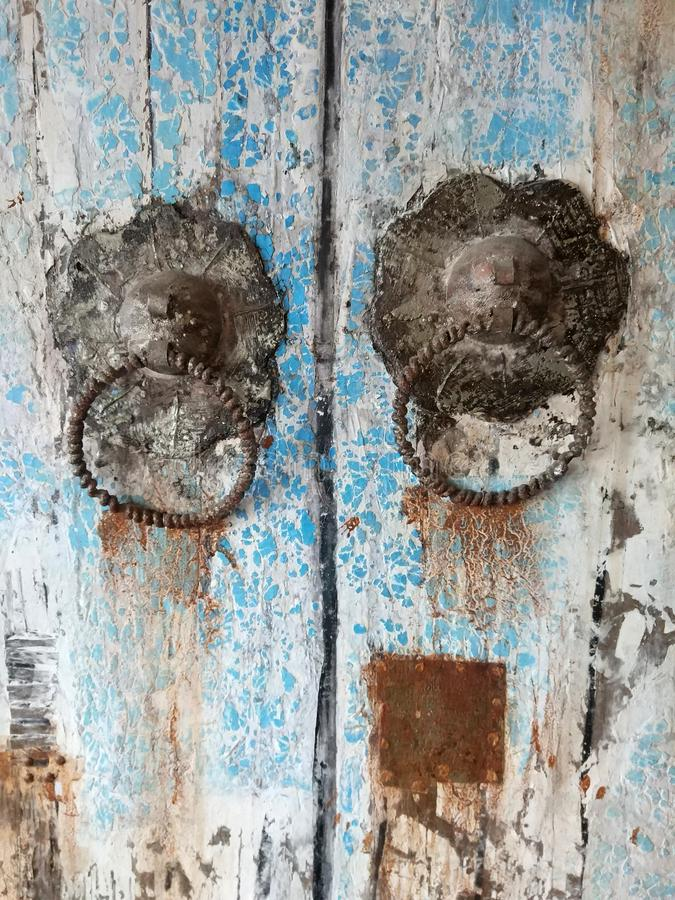 Detalhe de aldrava de porta ornamentado bonita em um portal antigo foto de stock