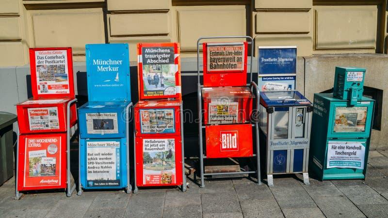 Detalhe de algumas máquinas de venda automática automáticas do jornal em uma rua de Munich, Alemanha em uma área comercial do Bav fotografia de stock royalty free