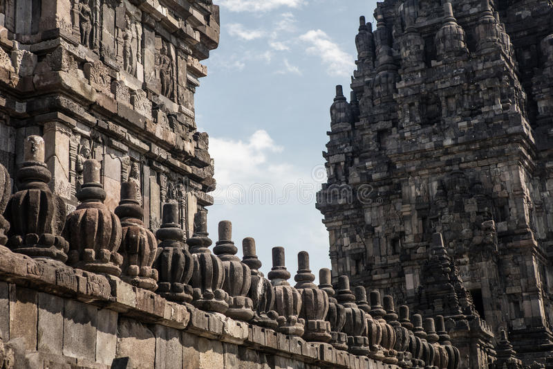 Detalhe de alvenaria no templo hindu de Prambanan foto de stock