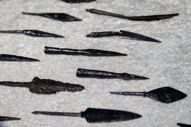 Detalhe de armas pré-históricas ou medievais originais - lança ou seta, usado por tribos caçando A arma rústica do ferro encontro imagem de stock