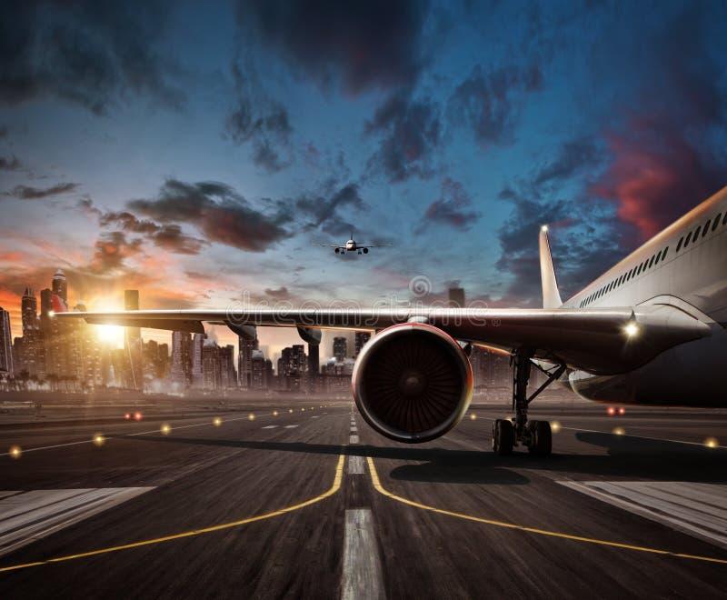 Detalhe de asa comercial do avião Avião na pista de decolagem, c moderno fotos de stock royalty free
