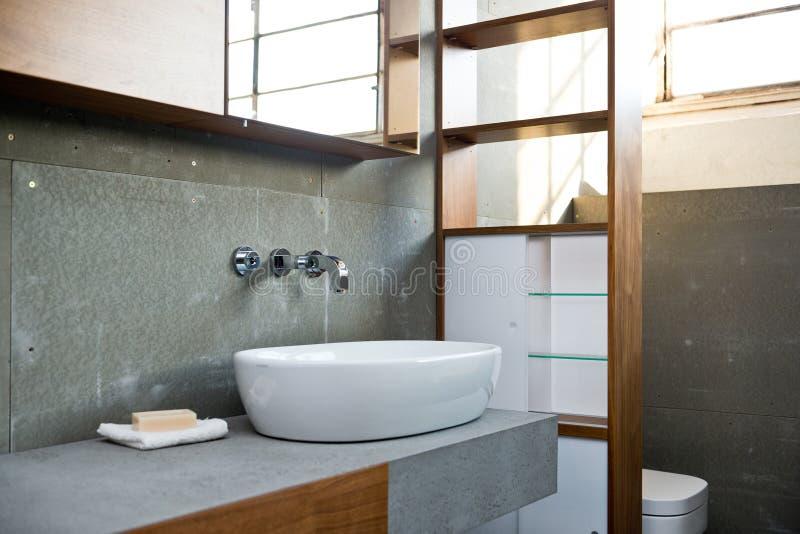 Detalhe de banheiro no estilo cinzento concreto áspero fotografia de stock royalty free