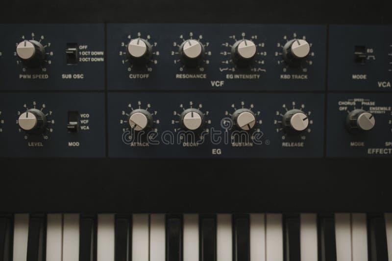 Detalhe de botões musicais do teclado e do controle do synth imagens de stock royalty free