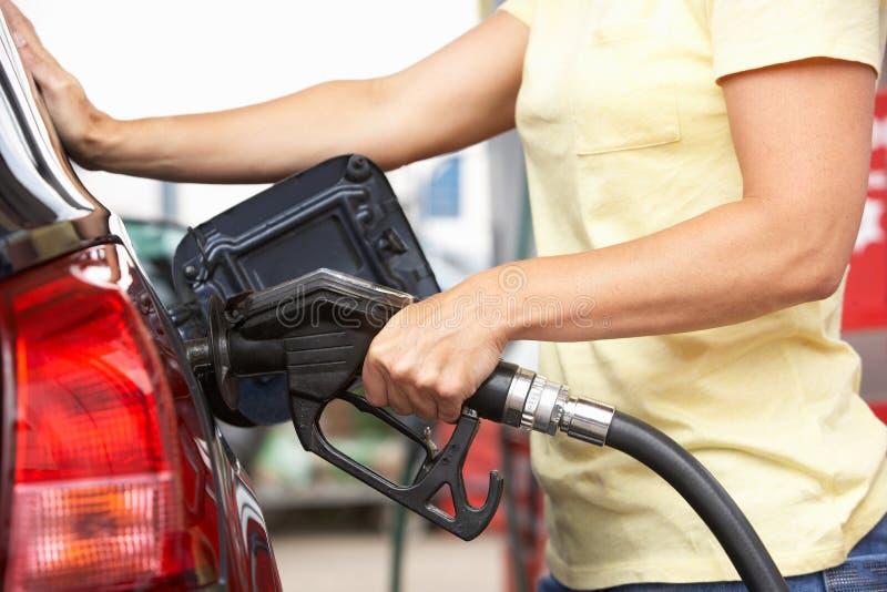 Detalhe de carro de enchimento do motorista fêmea com diesel fotografia de stock royalty free