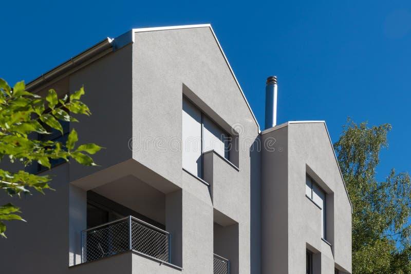 Detalhe de casa moderna mínima na natureza fotografia de stock