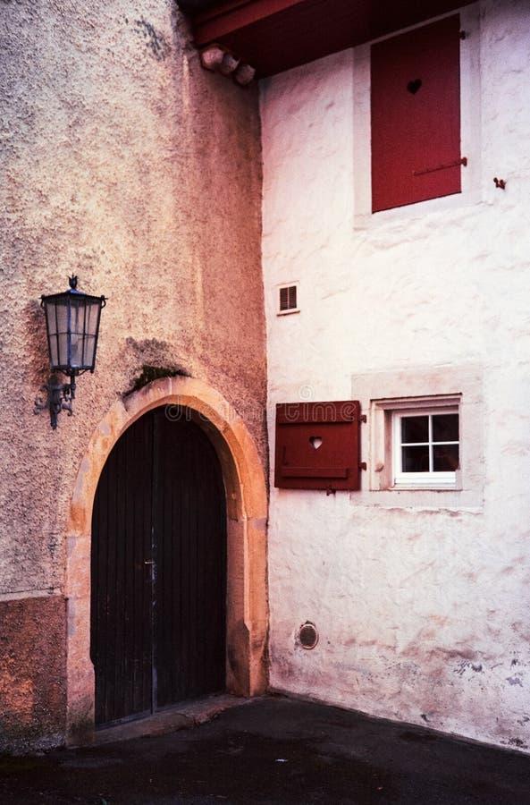 Detalhe de casas medievais e de ruas estreitas na cidade suíça de Kaiserstuhl, tiro com fotografia análoga do filme imagens de stock
