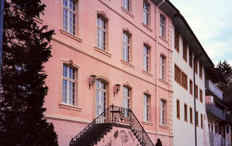 Detalhe de casas medievais e de ruas estreitas na cidade su??a de Kaiserstuhl, tiro com fotografia an?loga do filme foto de stock royalty free