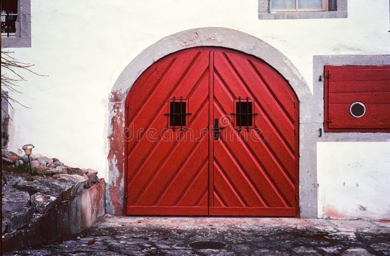 Detalhe de casas medievais e de ruas estreitas na cidade su??a de Kaiserstuhl, tiro com fotografia an?loga do filme fotos de stock