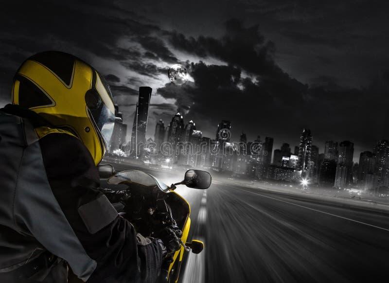 Detalhe de cavaleiro do velomotor do super-esporte que dirige à cidade moderna imagem de stock