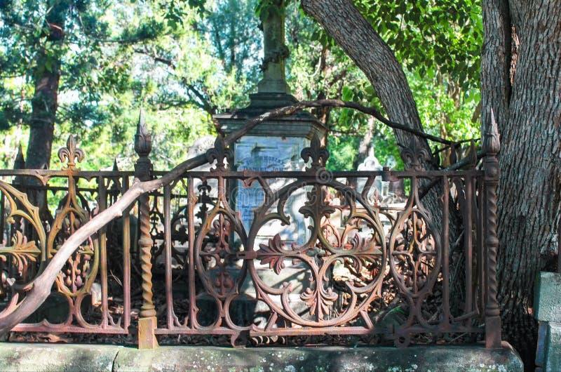 Detalhe de cerca oxidada do ferro do vintage no cemitério negligenciado de Toowong perto de Brisbane Queenland Austrália 8 23 201 imagem de stock