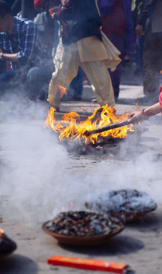 Detalhe de cerimônia hindu em Kathmandu, Nepal foto de stock royalty free