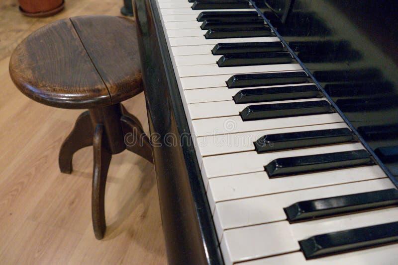 Detalhe de chaves preto e branco do piano fotos de stock royalty free