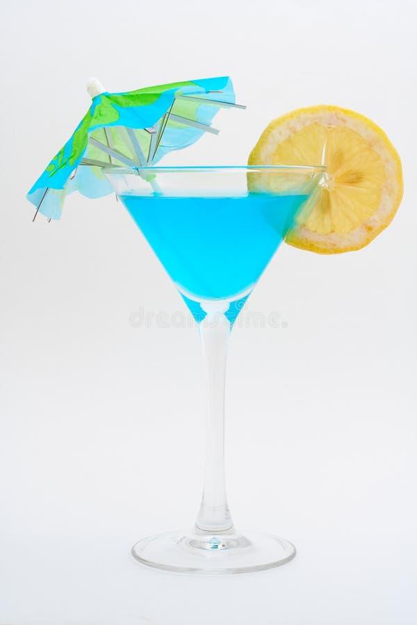 Detalhe de cocktail azul com limão e guarda-chuva imagem de stock royalty free