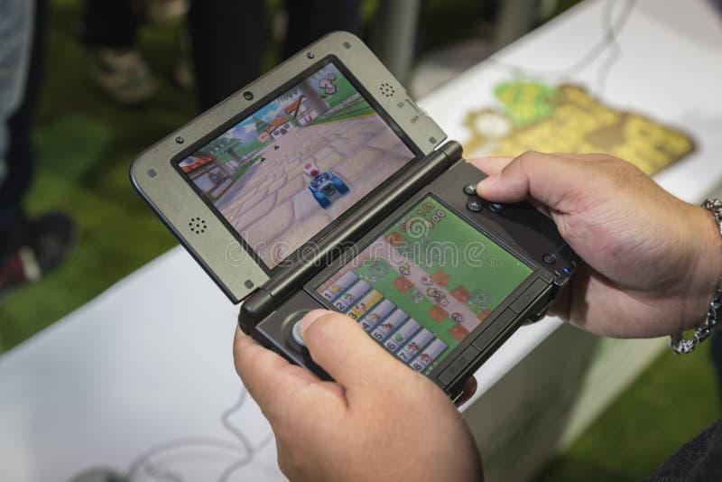 Detalhe de console handheld de Nintendo na semana 2014 dos jogos em Milão, Itália fotografia de stock royalty free