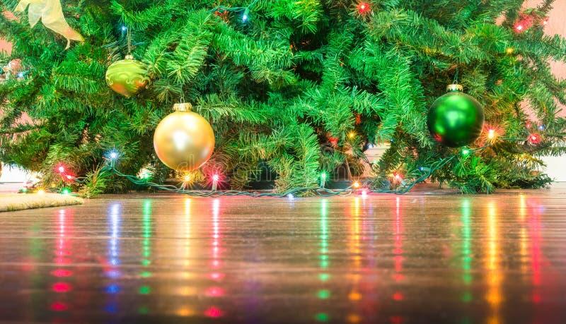 Detalhe de decorações da árvore de Natal com reflexões das luzes fotografia de stock royalty free