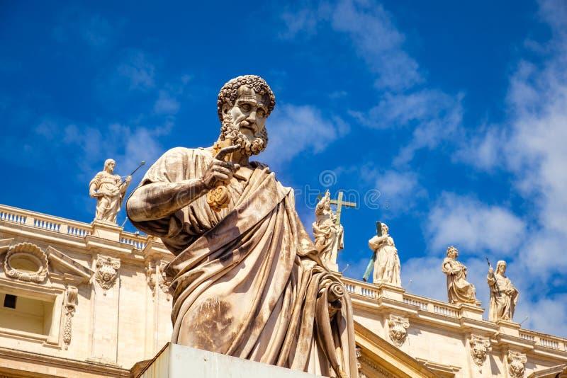 Detalhe de estátua de St Peter na frente da basílica de St Peters, Vaticano foto de stock royalty free