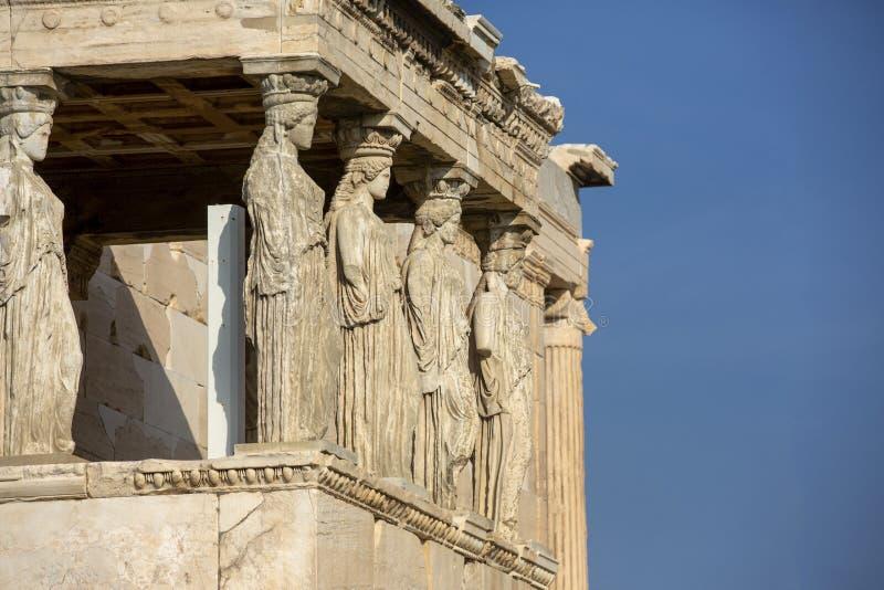Detalhe de estátuas das cariátides no Partenon no monte da acrópole, Atenas, Grécia Figuras do patamar da cariátide do Erechtheio imagens de stock royalty free