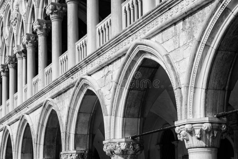 Detalhe de fachada com os arcos do palácio do ` s do doge foto de stock royalty free