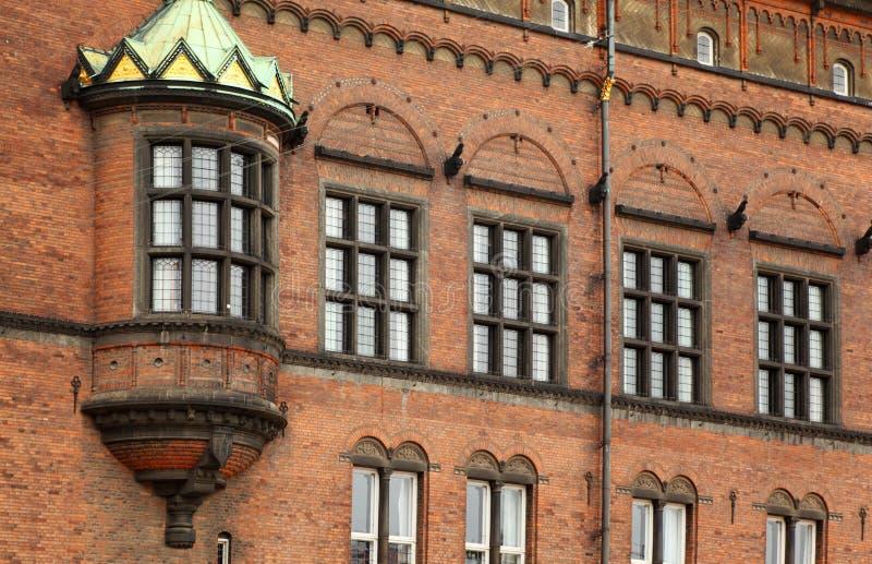 Detalhe de fachada da cidade salão de Copenhaga fotografia de stock