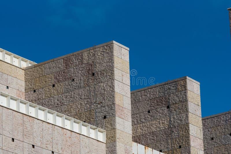 Detalhe de fachada moderna da construção pública da arquitetura contra azul fotografia de stock