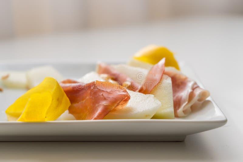 Detalhe de fatias do prosciutto com melancia imagem de stock