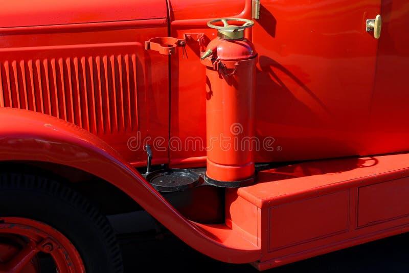 Detalhe de firetruck vermelho do vintage com extintor fotos de stock royalty free