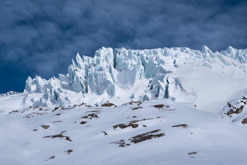 Detalhe de fissuras dos blocos de gelo dos seracs da geleira iluminadas pelo sol fotografia de stock royalty free