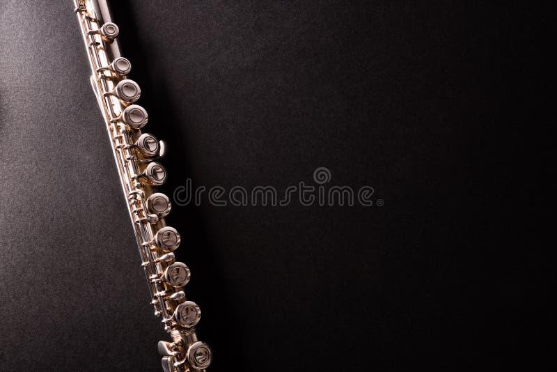 Detalhe de flauta do tansverse na opinião de tampo da mesa preta imagem de stock royalty free