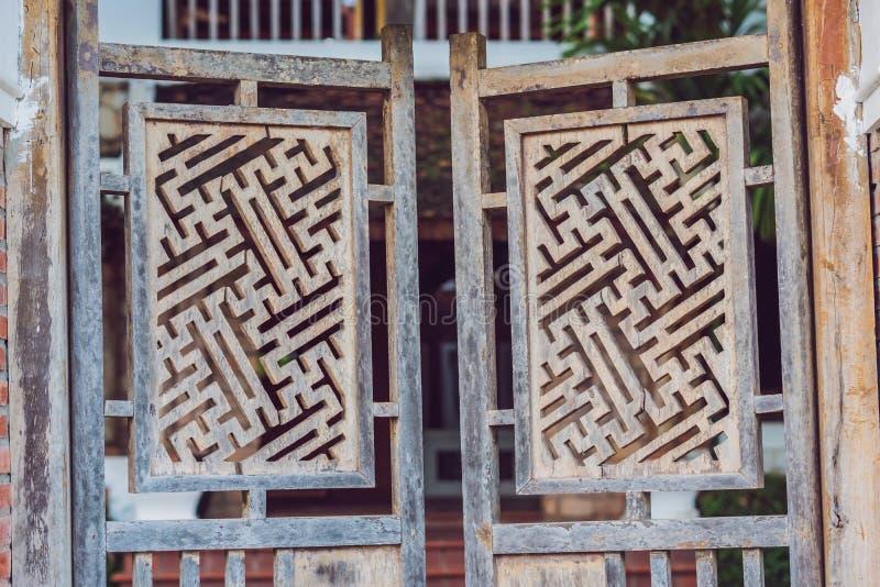 Detalhe de guarnição decorativa artística oriental decorativa de madeira cinzelada: pode ser usado como o fundo ou a textura imagens de stock royalty free