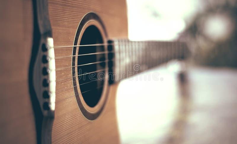 Detalhe de guitarra acústica com profundidade de campo rasa foto de stock royalty free