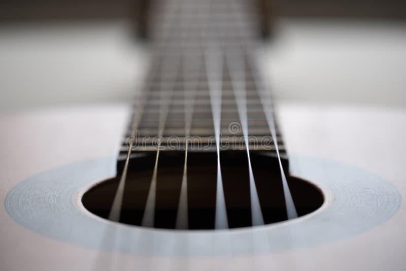 Detalhe de guitarra acústica, profundidade de campo rasa fotografia de stock royalty free