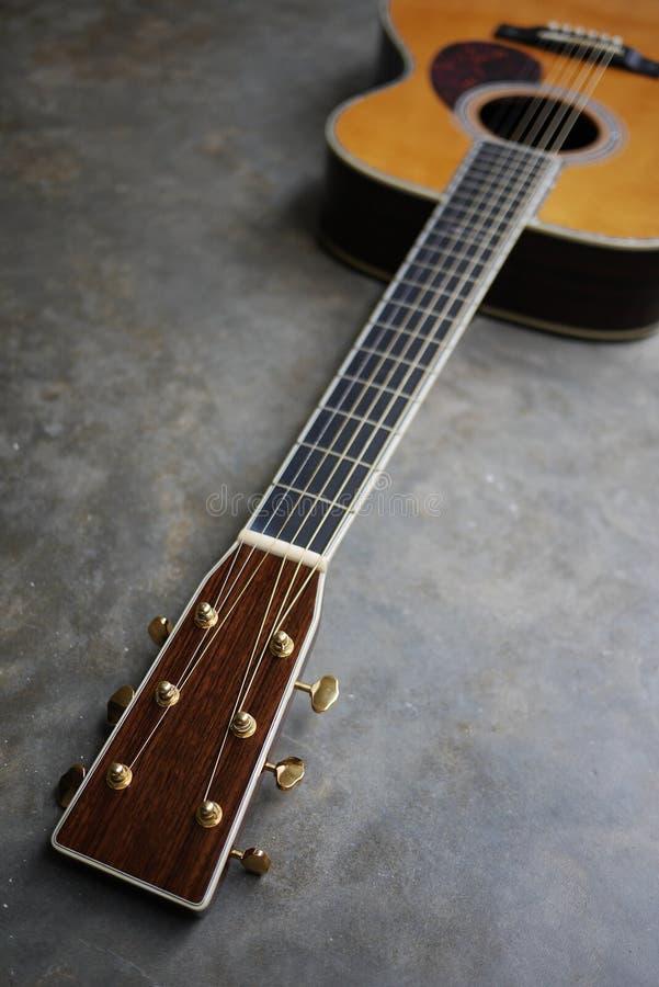 Detalhe de guitarra clássica no fundo concreto com dep raso fotografia de stock