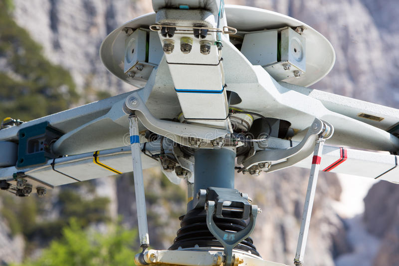 Detalhe de helicóptero do salvamento da montanha nos cumes italianos foto de stock royalty free
