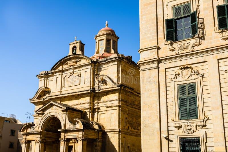 Detalhe de igreja Católica antiga e de arquitetura maltesa típica imagem de stock
