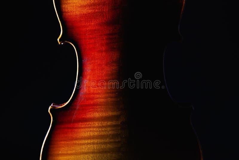 Detalhe de instrumento de música velho do violino do close up da orquestra isolado no preto fotografia de stock