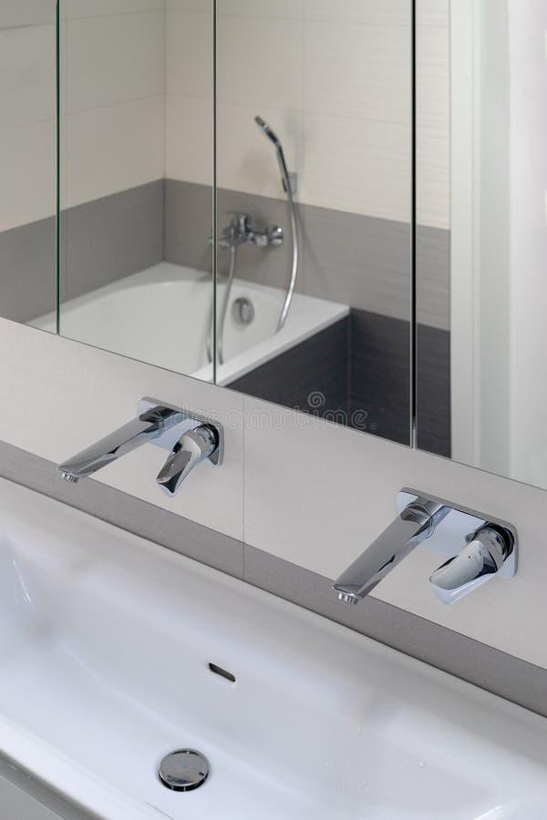 Detalhe de interior moderno do banheiro imagem de stock
