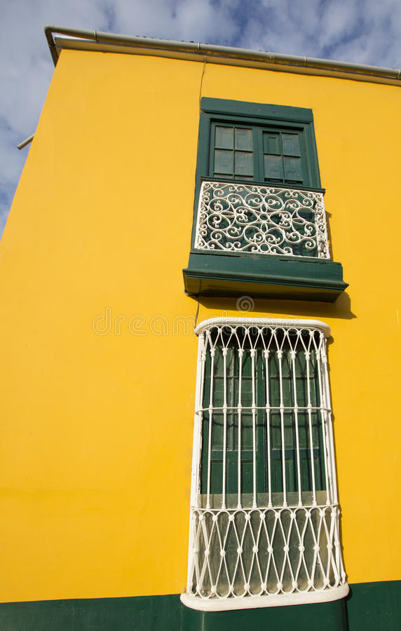 Detalhe de janela colonial e arquitetura em Trujillo - Peru imagem de stock