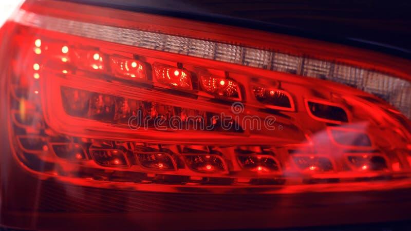Detalhe de luz traseira em um carro moderno O close-up da lanterna traseira, direito novo conduziu a luz de freio traseiro na noi imagens de stock royalty free