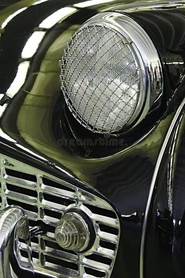 Detalhe de máscara dianteira e farol com proteção de aço da gaiola da barata do carro de esportes de ingleses do vintage imagens de stock