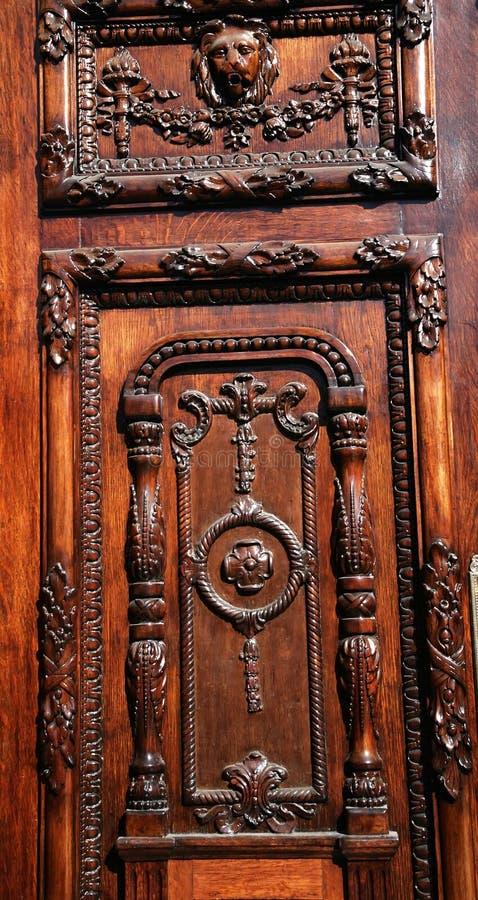 Detalhe de madeira cinzelado da porta imagens de stock