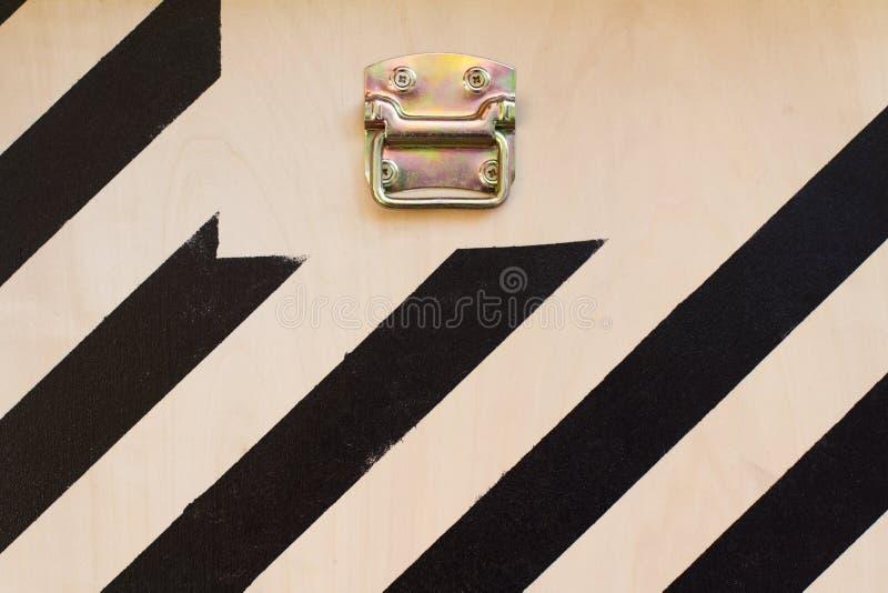 Detalhe de madeira da porta do recipiente de carga com listras pretas fotos de stock royalty free
