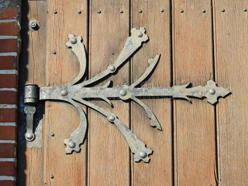 Detalhe de madeira da porta da igreja evangélica, Lituânia imagem de stock